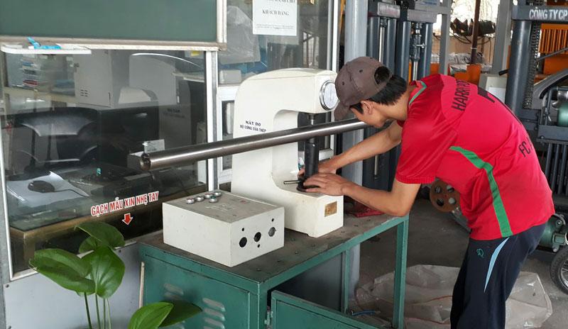 kiểm tra độ cứng của trục máy ép gạch Thanh Bằng